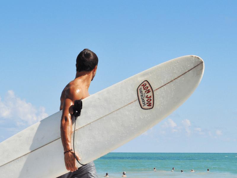 przystojny surfer