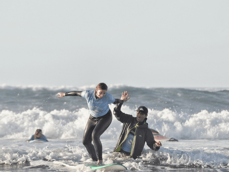 Gran Canaria Girls Surf Camps surferka na fali