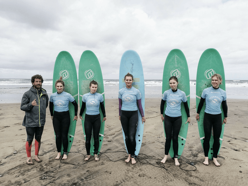 Gran Canaria Girls Surf Camp grupa surferek na plaży