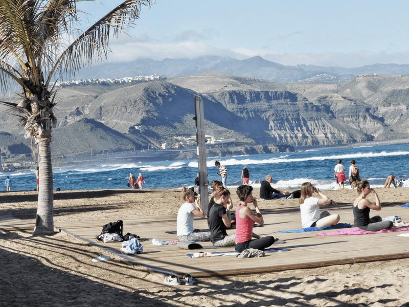 Gran Canaria Girls Surf Camps Joga na plaży