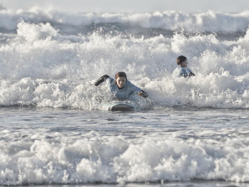 Gran Canaria Girls Surf Camps surferka łapie fale