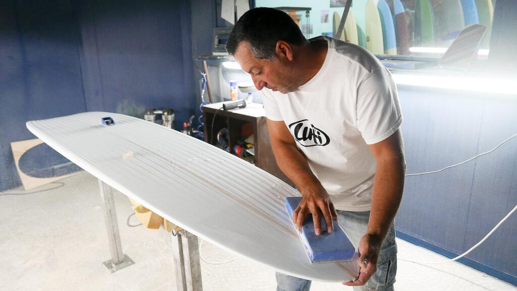 jak powstają deski surfingowe - wizyta w warsztacie shapera