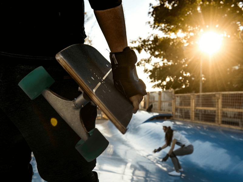 dziewczyna jedzie na deskorolce po suchej fali Skate Wave