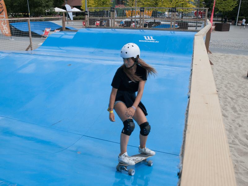 dziewczyna na deskorolce na suchej fali Skate Wave