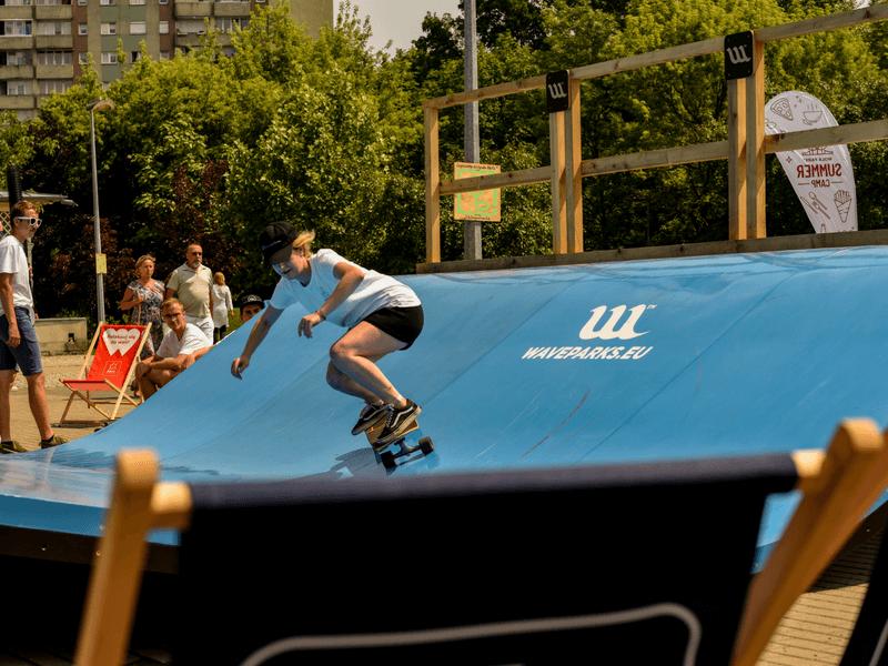 dziewczyn jadzie na deskorolce po suchej fali Skate Wave