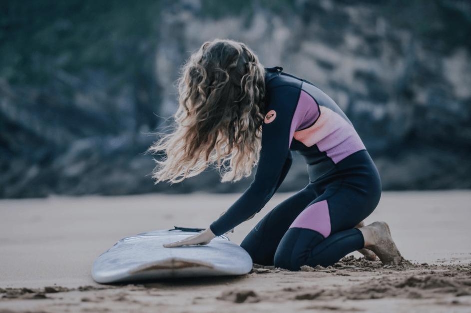 surferka - dziewczyna z deską surfingową
