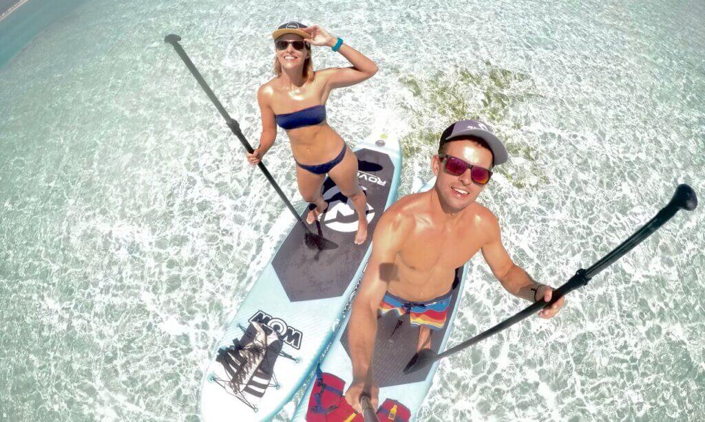 Para surferów na SUP - chłopak i dziewczyna
