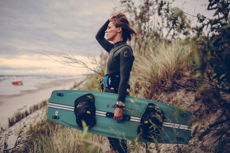 kitesurferka - dziewczyna z deską kitesurfingową