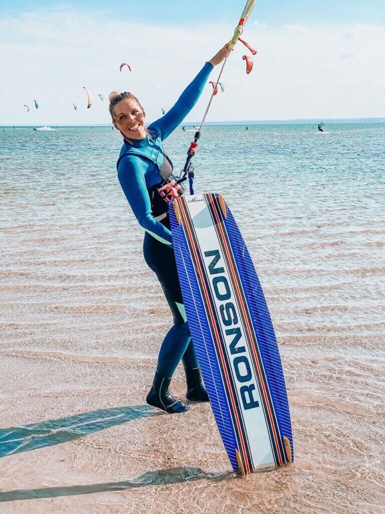 kitesurferka - dziewczyna z deską i latawcem na plaży