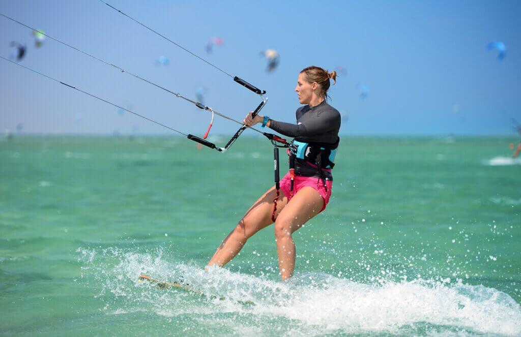 Kitesurferka - dziewczyna płynie na desce z latawcem