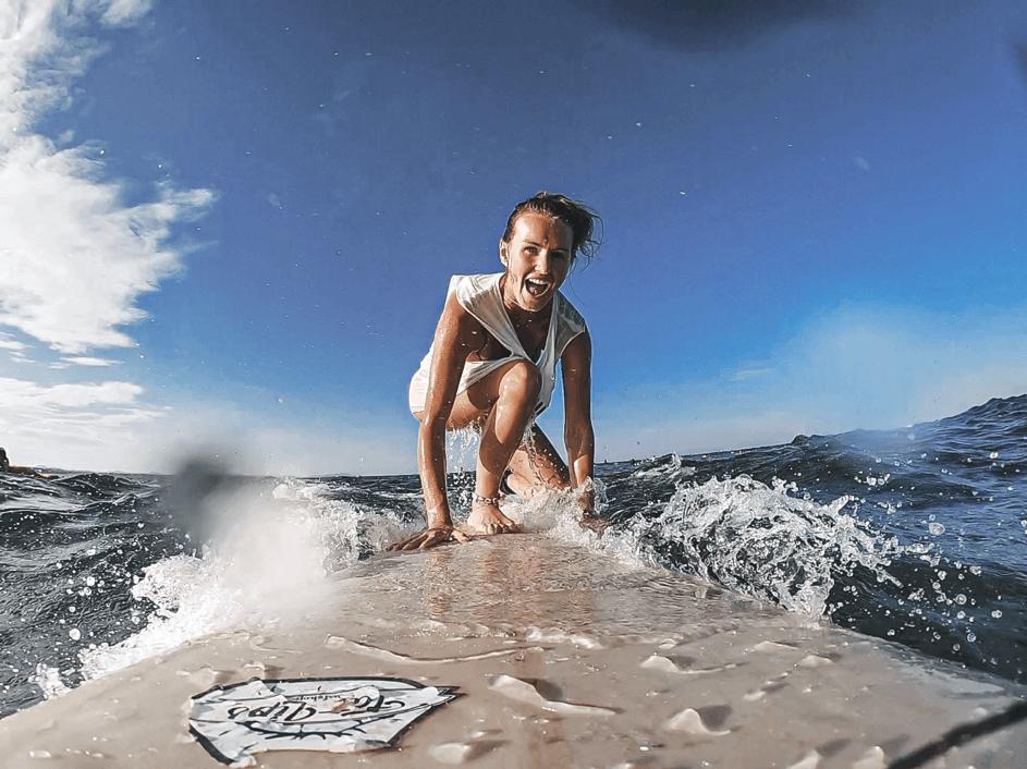surferka - dziewczyna z deską surfingową na fali