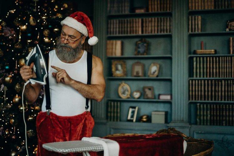 Mikołaj z deską do prasowania