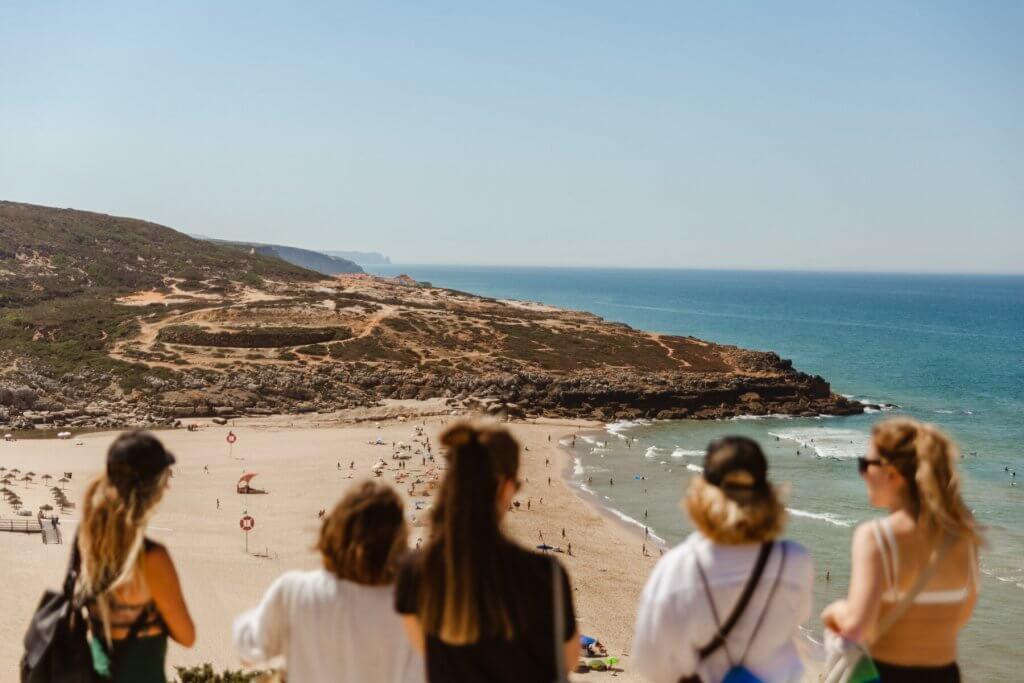 dziewczyny na plaży w Ericeira w Portugalii