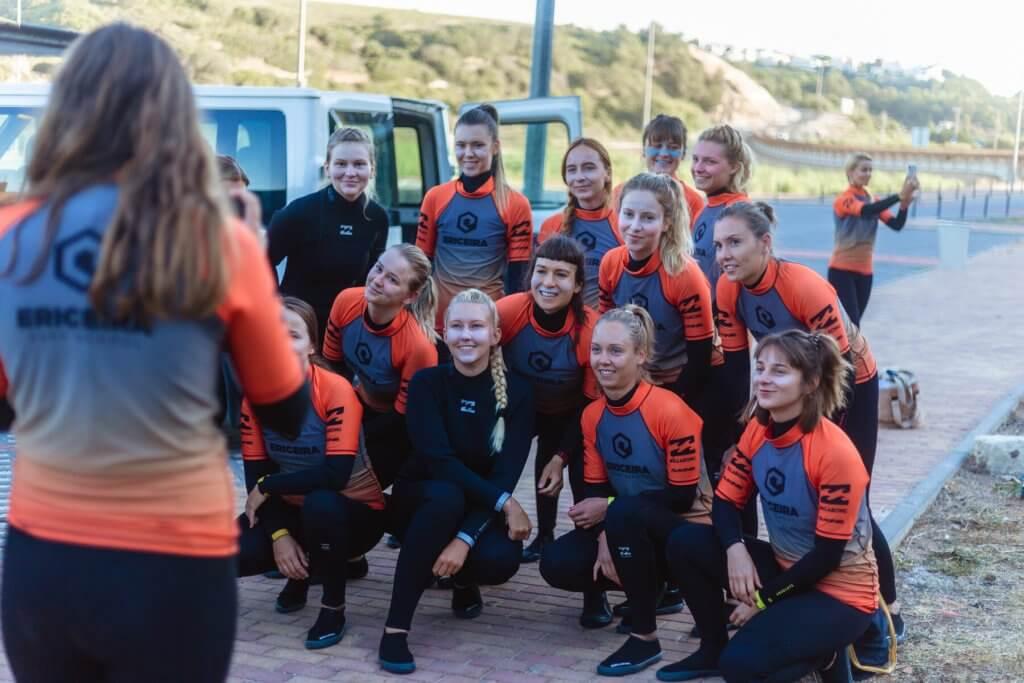 grupa dziewczyn na lekcji surfingu