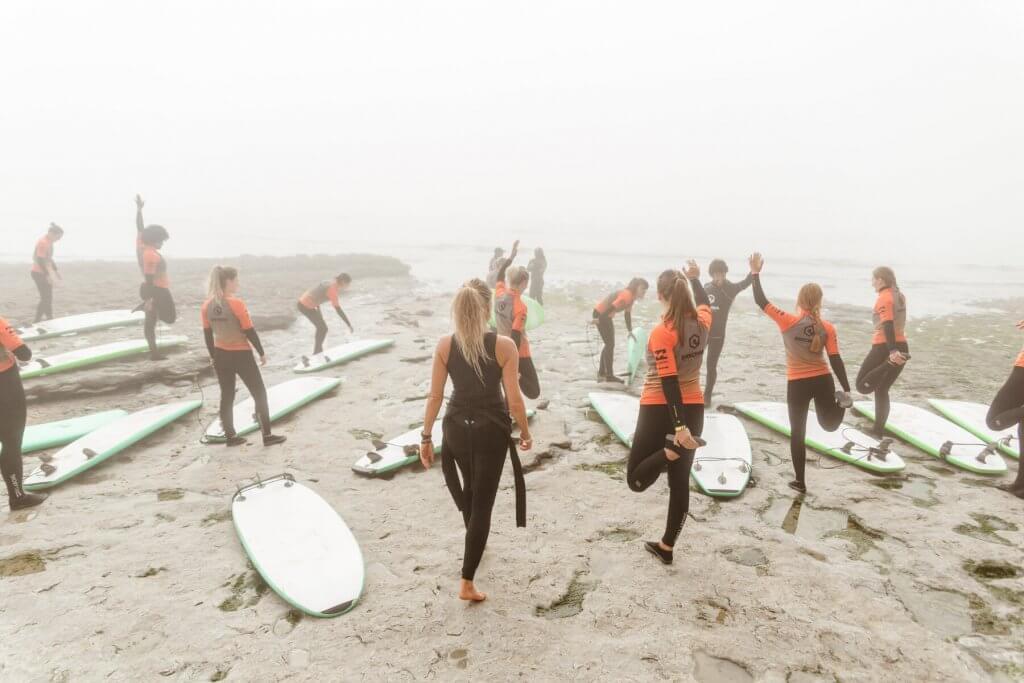 rozgrzewka podczas lekcji surfingu