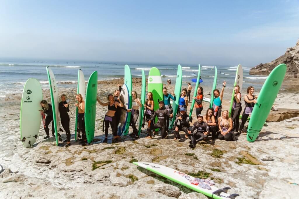 grupa surferek na plaży w Portugalii na wyjeździe z Girl on the Wave