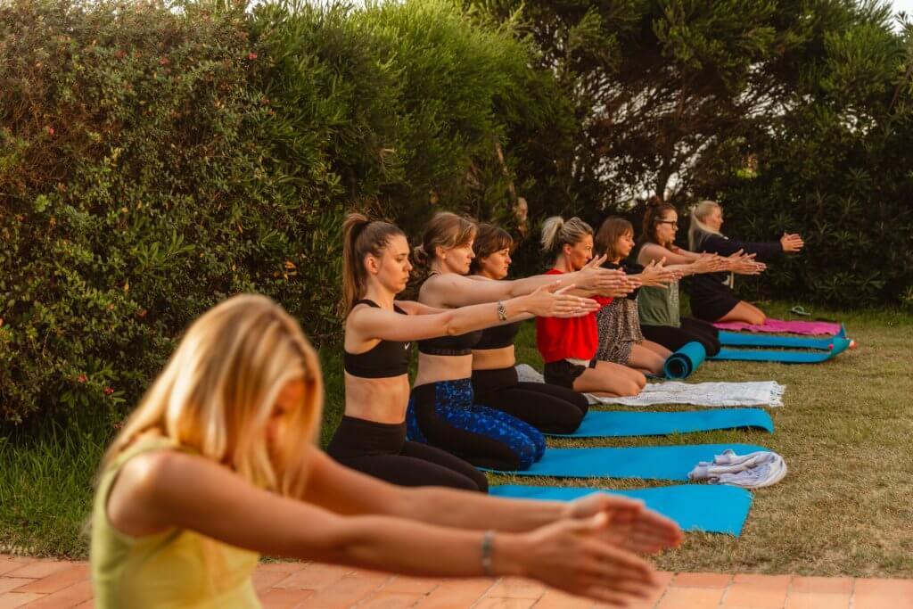 lekcja jogi podczas surfcampu w Portugalii