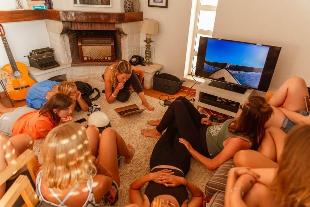 dziewczyny oglądają film o surfingu
